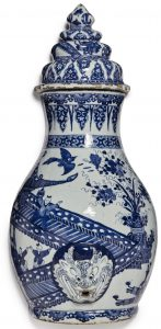 A RARE CHINESE EXPORT BLUE AND WHITE WALL CISTERN AND COVER, QING DYNASTY, KANGXI PERIOD, CIRCA 1710-20